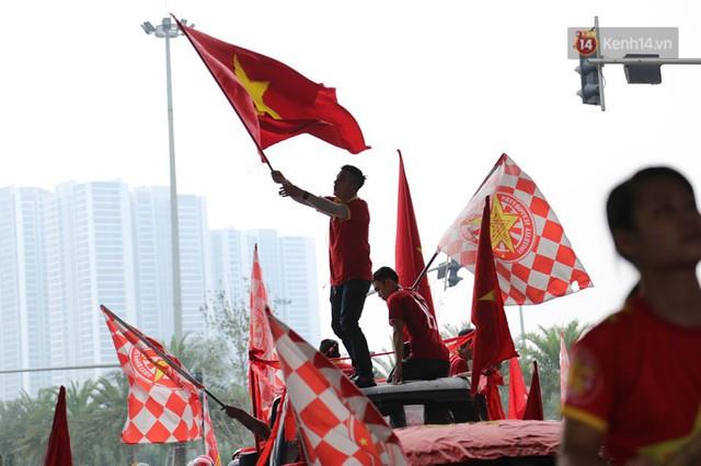 Hàng trăm cổ động viên diễu hành qua các tuyến phố Hà Nội trước trận Việt Nam-Campuchia - Ảnh 7.