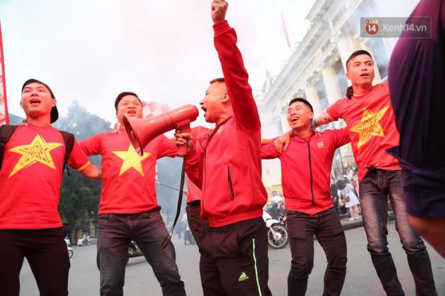 Hàng trăm cổ động viên diễu hành qua các tuyến phố Hà Nội trước trận Việt Nam-Campuchia - Ảnh 8.