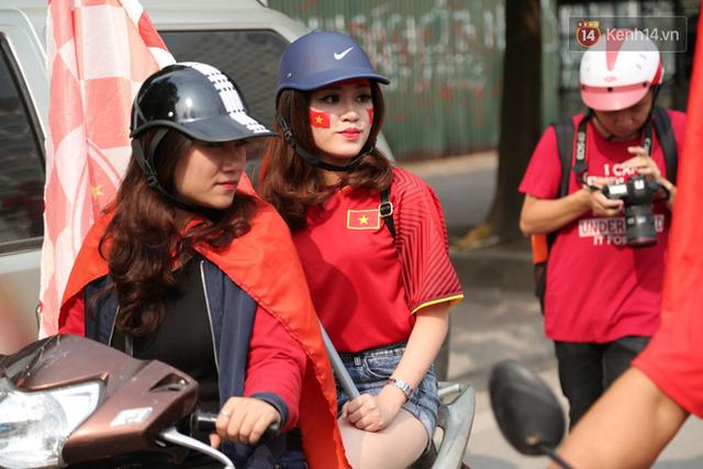 Hàng trăm cổ động viên diễu hành qua các tuyến phố Hà Nội trước trận Việt Nam-Campuchia - Ảnh 9.