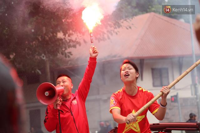 Hàng trăm cổ động viên diễu hành qua các tuyến phố Hà Nội trước trận Việt Nam-Campuchia - Ảnh 10.