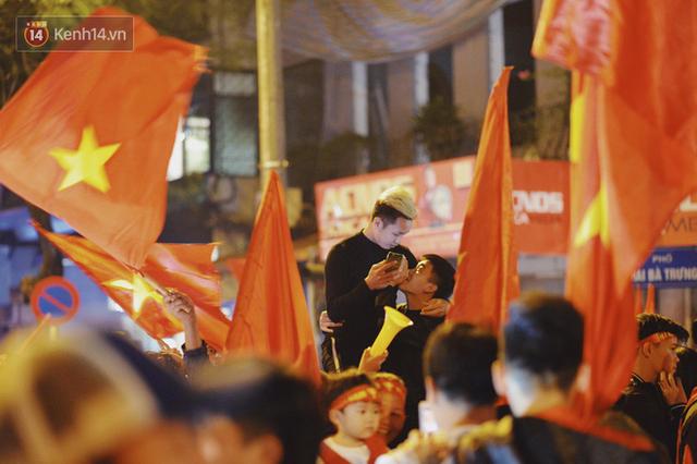 Khoảnh khắc đẹp: Những cái ôm ấm áp trên đường phố Hà Nội trong không khí mừng chiến thắng của đội tuyển Việt Nam - Ảnh 1.