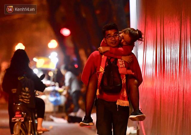 Khoảnh khắc đẹp: Những cái ôm ấm áp trên đường phố Hà Nội trong không khí mừng chiến thắng của đội tuyển Việt Nam - Ảnh 2.
