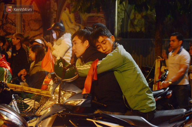 Khoảnh khắc đẹp: Những cái ôm ấm áp trên đường phố Hà Nội trong không khí mừng chiến thắng của đội tuyển Việt Nam - Ảnh 4.