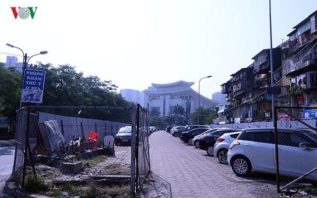 """Bãi đỗ xe thông minh """"đắp chiếu"""", thành nơi đổ rác tại Hà Nội - Ảnh 2."""