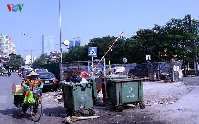 """Bãi đỗ xe thông minh """"đắp chiếu"""", thành nơi đổ rác tại Hà Nội - Ảnh 12."""