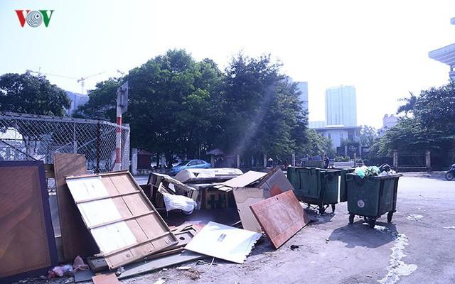 """Bãi đỗ xe thông minh """"đắp chiếu"""", thành nơi đổ rác tại Hà Nội - Ảnh 13."""