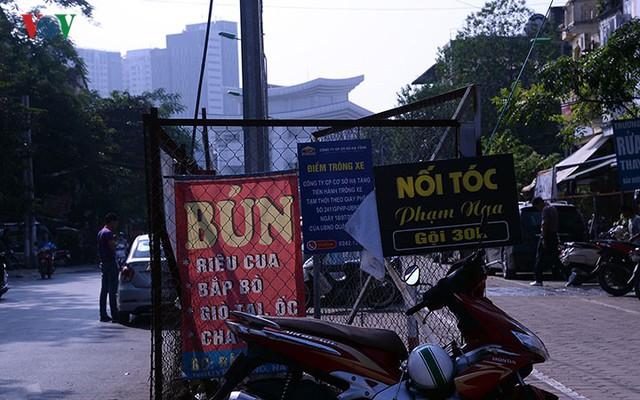 """Bãi đỗ xe thông minh """"đắp chiếu"""", thành nơi đổ rác tại Hà Nội - Ảnh 16."""