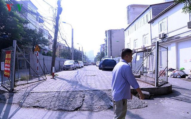 """Bãi đỗ xe thông minh """"đắp chiếu"""", thành nơi đổ rác tại Hà Nội - Ảnh 6."""