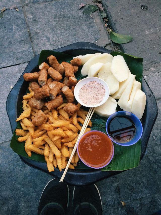 Hà Nội cũng có những ngõ nhỏ bán đồ ăn vặt trứ danh cực thích hợp với thời tiết bây giờ - Ảnh 5.