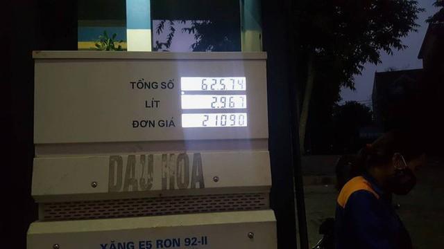 Bị phản ứng vì không giảm giá, nhân viên cây xăng nhanh tay điều chỉnh lại - Ảnh 2.