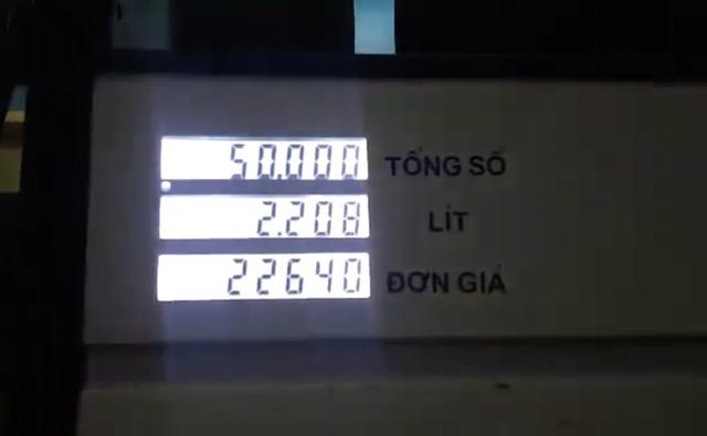 Bị phản ứng vì không giảm giá, nhân viên cây xăng nhanh tay điều chỉnh lại - Ảnh 3.
