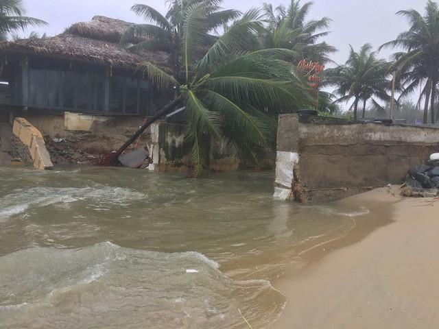 Cận cảnh bãi biển đẹp nhất hành tinh sạt lở kinh hoàng sau trận mưa lịch sử ở Đà Nẵng - Ảnh 1.