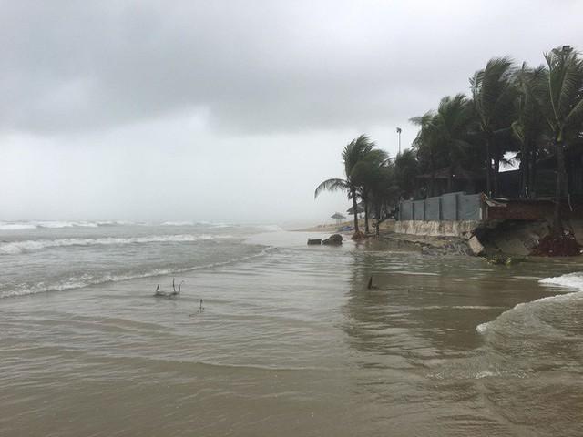 Cận cảnh bãi biển đẹp nhất hành tinh sạt lở kinh hoàng sau trận mưa lịch sử ở Đà Nẵng - Ảnh 3.