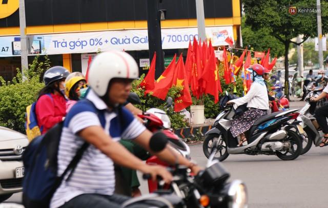Quốc kỳ, áo đỏ sao vàng cháy hàng ở Sài Gòn trước trận chung kết lượt đi AFF Cup 2018 - Ảnh 1.