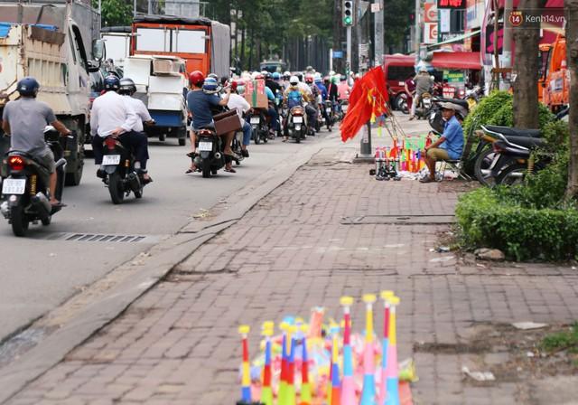 Quốc kỳ, áo đỏ sao vàng cháy hàng ở Sài Gòn trước trận chung kết lượt đi AFF Cup 2018 - Ảnh 2.