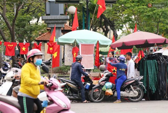 Quốc kỳ, áo đỏ sao vàng cháy hàng ở Sài Gòn trước trận chung kết lượt đi AFF Cup 2018 - Ảnh 11.