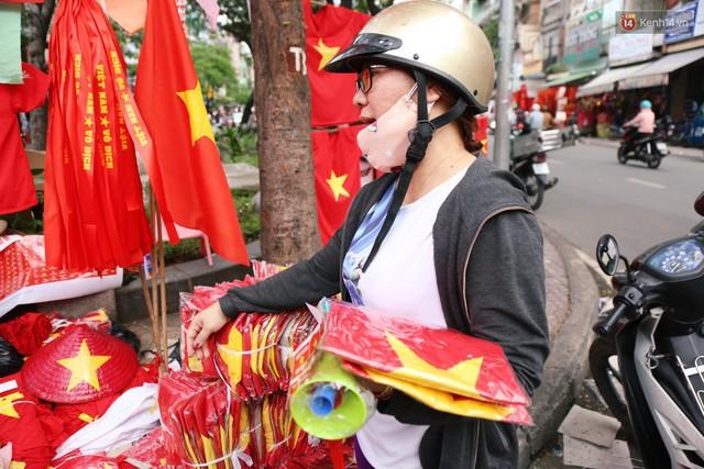 Quốc kỳ, áo đỏ sao vàng cháy hàng ở Sài Gòn trước trận chung kết lượt đi AFF Cup 2018 - Ảnh 12.