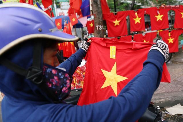 Quốc kỳ, áo đỏ sao vàng cháy hàng ở Sài Gòn trước trận chung kết lượt đi AFF Cup 2018 - Ảnh 13.