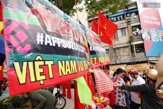 Quốc kỳ, áo đỏ sao vàng cháy hàng ở Sài Gòn trước trận chung kết lượt đi AFF Cup 2018 - Ảnh 15.