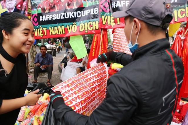 Quốc kỳ, áo đỏ sao vàng cháy hàng ở Sài Gòn trước trận chung kết lượt đi AFF Cup 2018 - Ảnh 18.