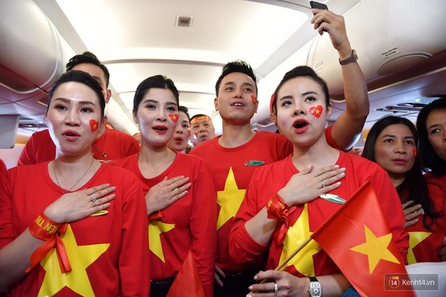 CĐV Việt Nam cùng nhau hát Quốc ca ở độ cao 10.000m, hết mình cổ vũ cho ĐT nước nhà trong trận chung kết AFF Cup 2018 - Ảnh 4.