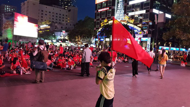 Người hâm mộ ở Sài Gòn tin tưởng đội tuyển Việt Nam sẽ chiến thắng - Ảnh 2.