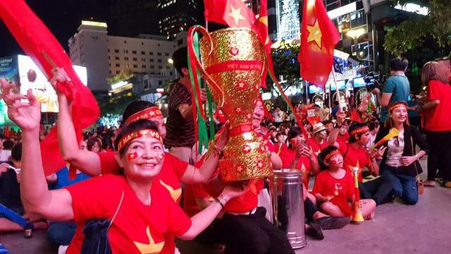 Người hâm mộ ở Sài Gòn tin tưởng đội tuyển Việt Nam sẽ chiến thắng - Ảnh 3.