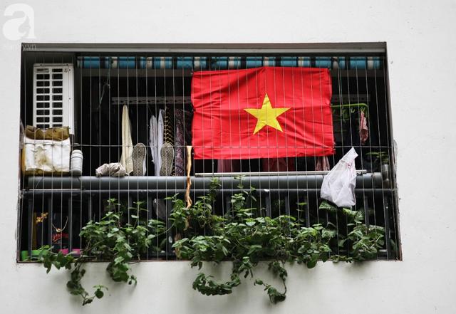 Trước thềm chung kết AFF, cờ đỏ sao vàng nhuộm cả một góc Linh Đàm, chỉ nhìn thôi đã thấy khí thế rợp trời - Ảnh 6.