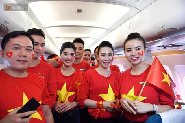 CĐV Việt Nam cùng nhau hát Quốc ca ở độ cao 10.000m, hết mình cổ vũ cho ĐT nước nhà trong trận chung kết AFF Cup 2018 - Ảnh 7.