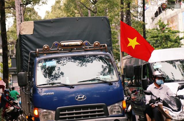 Quốc kỳ, áo đỏ sao vàng cháy hàng ở Sài Gòn trước trận chung kết lượt đi AFF Cup 2018 - Ảnh 7.