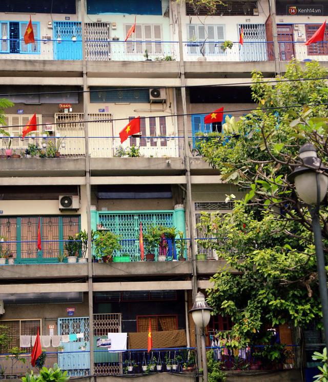 Quốc kỳ, áo đỏ sao vàng cháy hàng ở Sài Gòn trước trận chung kết lượt đi AFF Cup 2018 - Ảnh 8.