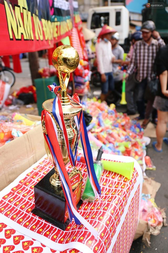 Quốc kỳ, áo đỏ sao vàng cháy hàng ở Sài Gòn trước trận chung kết lượt đi AFF Cup 2018 - Ảnh 9.