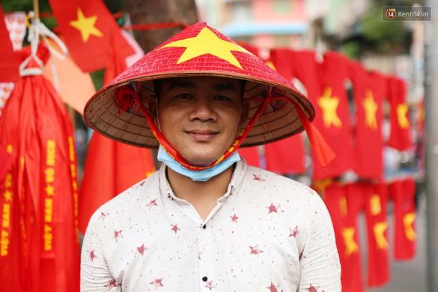 Quốc kỳ, áo đỏ sao vàng cháy hàng ở Sài Gòn trước trận chung kết lượt đi AFF Cup 2018 - Ảnh 10.