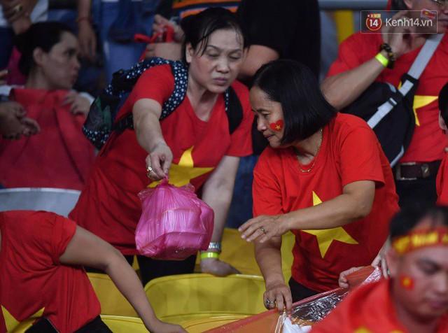 Hình ảnh đẹp: CĐV Việt Nam nán lại SVĐ Bukit Jalil ở Malaysia để dọn rác sau trận chung kết lượt đi của ĐT nước nhà - Ảnh 5.