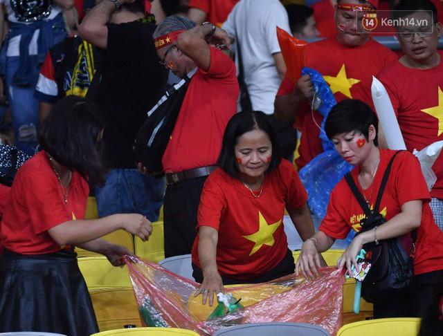 Hình ảnh đẹp: CĐV Việt Nam nán lại SVĐ Bukit Jalil ở Malaysia để dọn rác sau trận chung kết lượt đi của ĐT nước nhà - Ảnh 7.