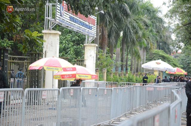 Hàng ngàn người xếp hàng dưới cái lạnh 13 độ để chờ nhận vé xem chung kết của đội tuyển Việt Nam - Ảnh 12.
