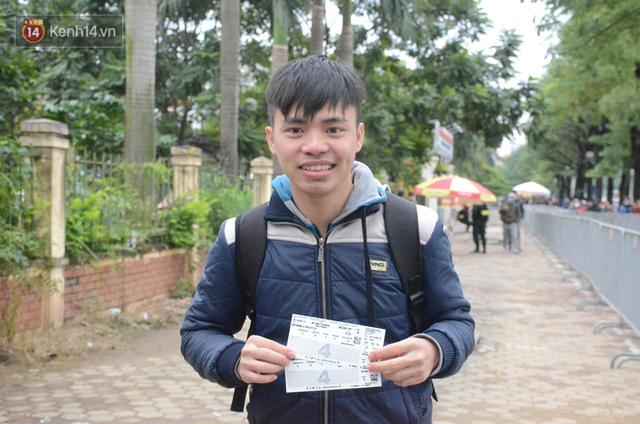 Hàng ngàn người xếp hàng dưới cái lạnh 13 độ để chờ nhận vé xem chung kết của đội tuyển Việt Nam - Ảnh 13.