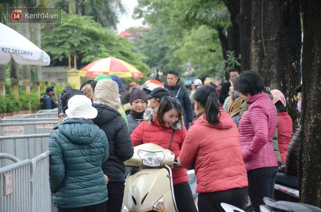 Hàng ngàn người xếp hàng dưới cái lạnh 13 độ để chờ nhận vé xem chung kết của đội tuyển Việt Nam - Ảnh 14.