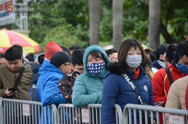 Hàng ngàn người xếp hàng dưới cái lạnh 13 độ để chờ nhận vé xem chung kết của đội tuyển Việt Nam - Ảnh 4.