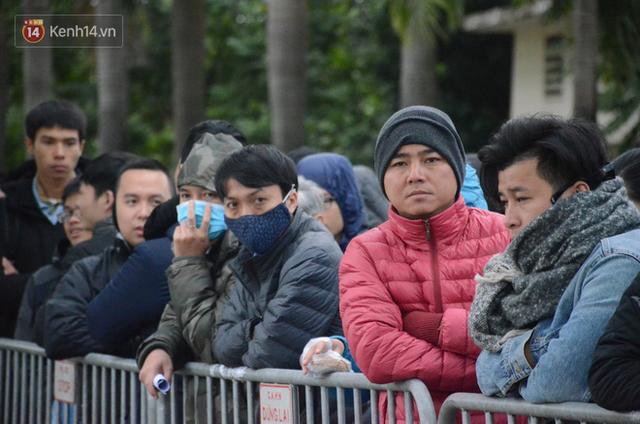 Hàng ngàn người xếp hàng dưới cái lạnh 13 độ để chờ nhận vé xem chung kết của đội tuyển Việt Nam - Ảnh 5.