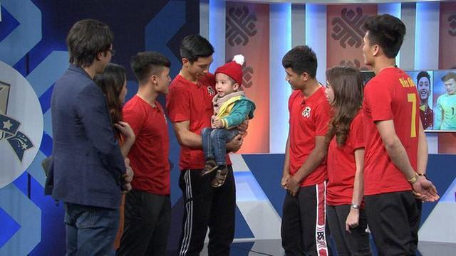 Quang Hải, Đức Chinh bật khóc khi gặp Tôm - cậu bé 4 tuổi bị ung thư não giàu nghị lực - Ảnh 7.
