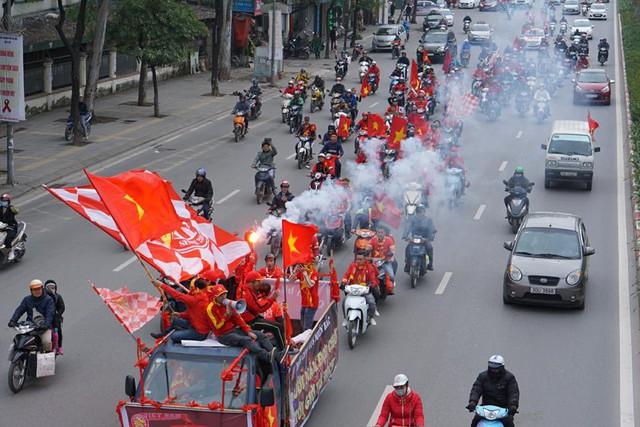 Trước giờ G trận chung kết AFF Cup 2018, đường phố cả nước ngập cờ đỏ sao vàng, tất cả cùng hướng về Mỹ Đình - Ảnh 2.