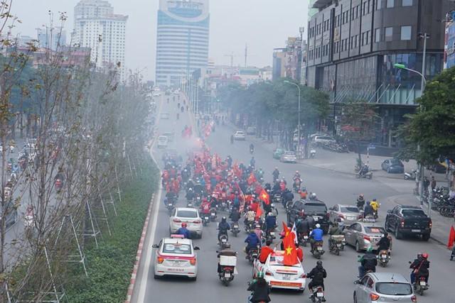 Trước giờ G trận chung kết AFF Cup 2018, đường phố cả nước ngập cờ đỏ sao vàng, tất cả cùng hướng về Mỹ Đình - Ảnh 3.
