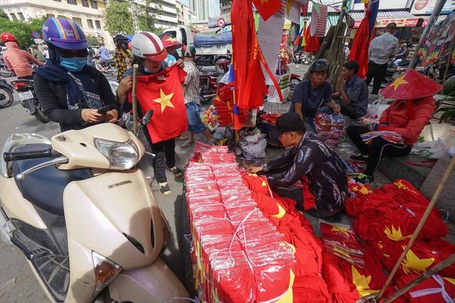 Người TP HCM nườm nượp mua sẵn cờ, áo đỏ cổ vũ tuyển Việt Nam - Ảnh 2.