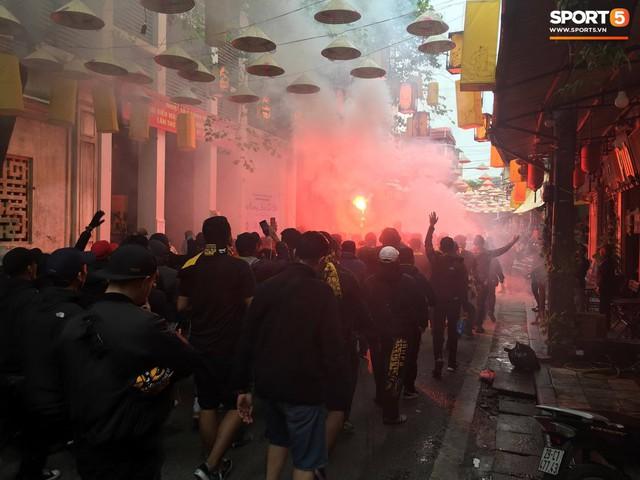 Ultras Malaysia mang hổ bông khuấy động phố cổ Hà Nội - Ảnh 3.