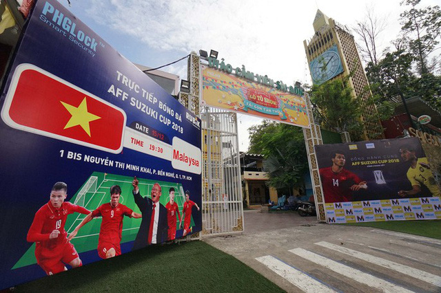 Người TP HCM nườm nượp mua sẵn cờ, áo đỏ cổ vũ tuyển Việt Nam - Ảnh 14.
