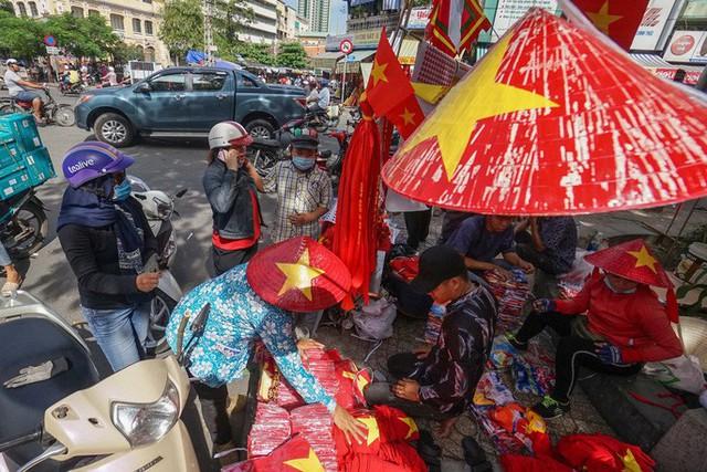 Người TP HCM nườm nượp mua sẵn cờ, áo đỏ cổ vũ tuyển Việt Nam - Ảnh 3.