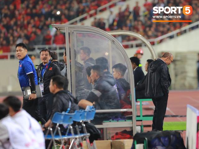 Quá căng thẳng, HLV Park Hang-seo ẩn mình sau cabin nhìn học trò thi đấu - Ảnh 3.