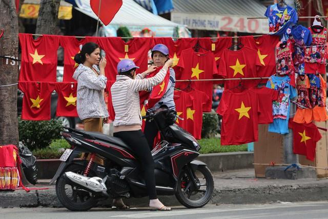 Người TP HCM nườm nượp mua sẵn cờ, áo đỏ cổ vũ tuyển Việt Nam - Ảnh 4.