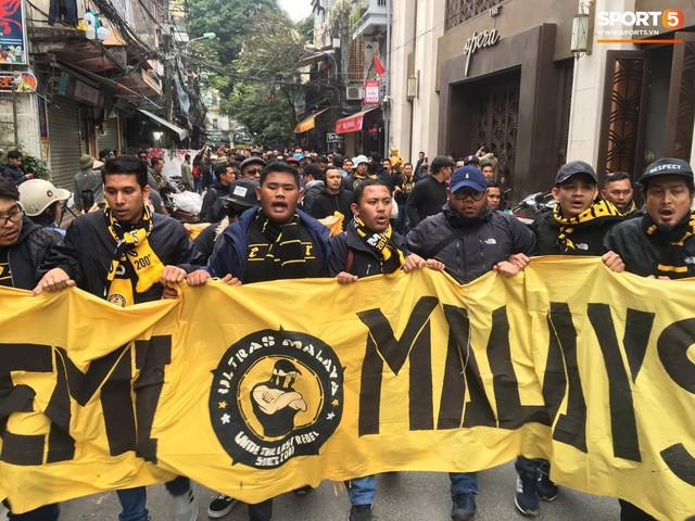 Ultras Malaysia mang hổ bông khuấy động phố cổ Hà Nội - Ảnh 5.